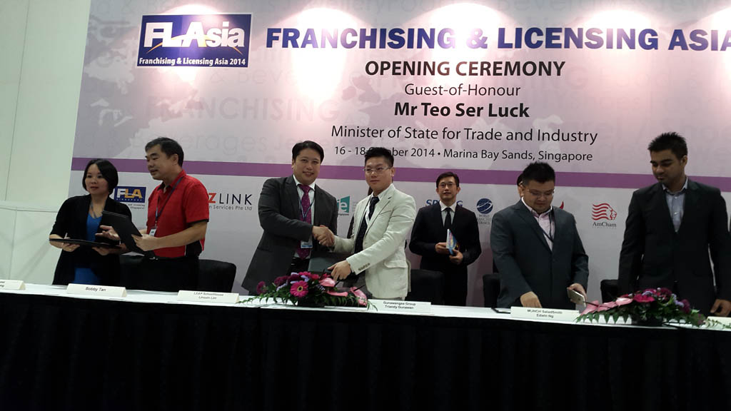 Franchise Agreement Signage between The Director of Gunawangsa Group with Leap SchoolHouse witnessed by Minister of State for Trade and Industry, Mr. Teo Ser Luck